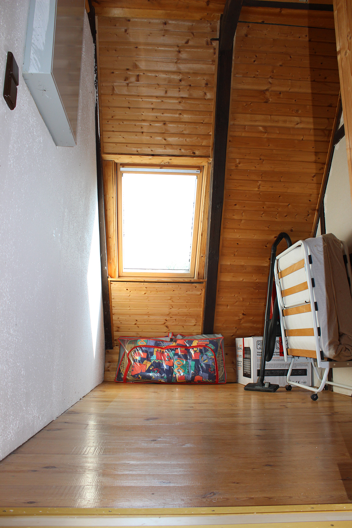 Das Ferienhaus-Uckermark Flur-mit-Treppenaufgang-ins-OG und Abgang zu den Schlafräumen für den Selbstversorger Urlaub im Boitzenburger Land schon ab 29,- Euro pro Tag