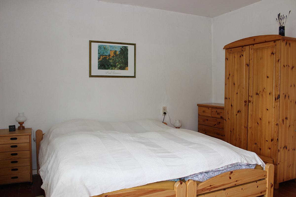 Ferienhaus-Uckermark Schlafzimmer mit Doppelbett. Fit und ausgeschlafen in den Urlaub im Boitzenburger Land schon ab 29,- Euro pro Tag