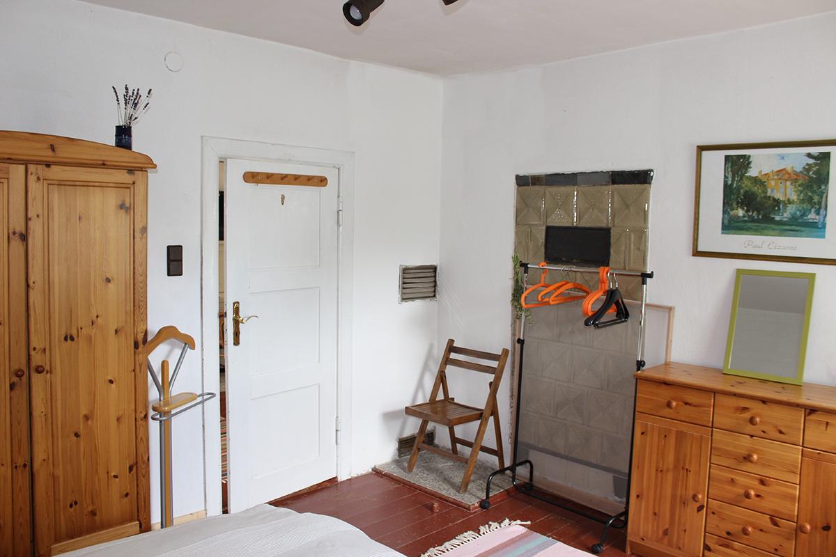 Ferienhaus-Uckermark Schlafzimmer mit Schrank, Kommode, Spiegel und Vertigo. So geht Ferien im Boitzenburger Land schon ab 29,- Euro pro Tag