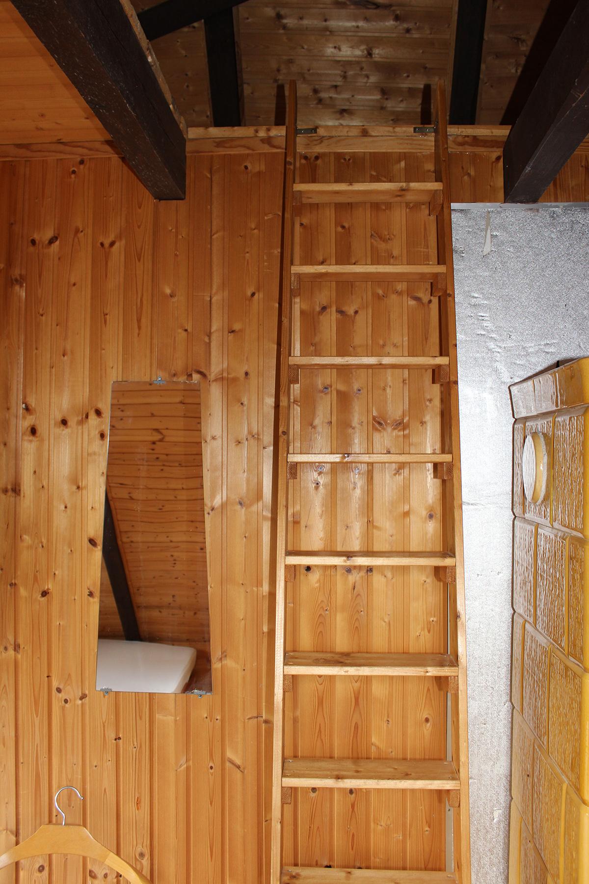Ferienhaus-Uckermark Schlafzimmer links im Obergeschoss Aufgang zum Schlafboden für Kinder Urlaub im Boitzenburger Land schon ab 29,- Euro pro Tag